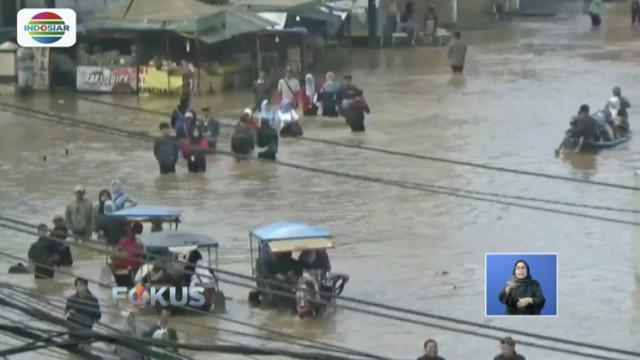 Banjir di Bandung, Jawa Barat, meluas jadi tujuh kecamatan hingga sudah mencapai atap rumah warga.