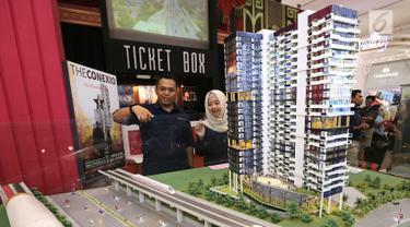 Direktur Pemasaran dan Pengelolaan Properti PT Adhi Persada Properti Wahyuni Sutantri (kanan) berbincang dengan Project Director Grand Dhika City Lifestyle Tower Arlington M. Annas Zamroni di Jakarta, Jumat (28/9). (Liputan6.com/Fery Pradolo)