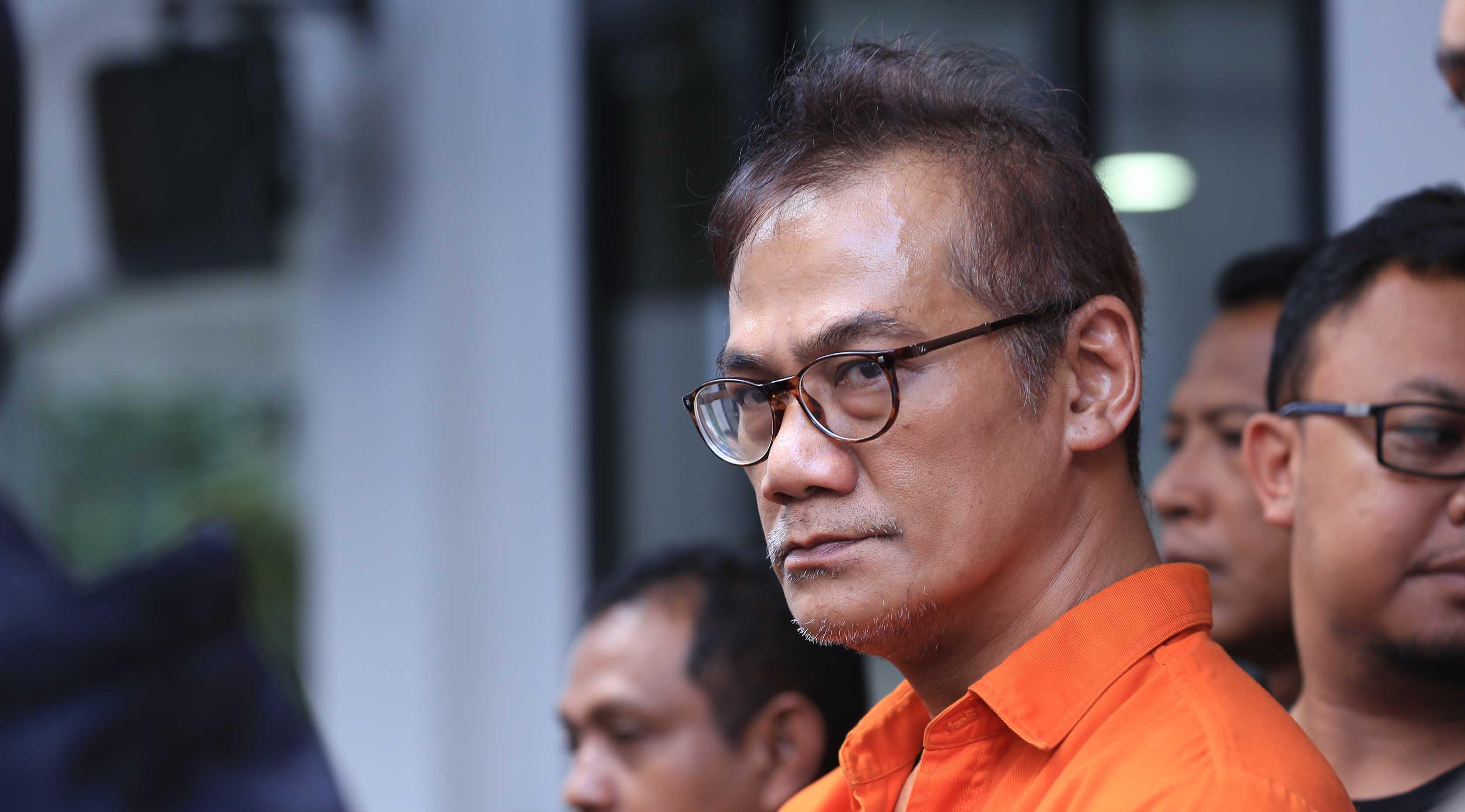 Saat menggelar konferensi pers, Tio mengaku menyesali perbuatannya. Ia juga minta kepada para pengguna untuk berhenti konsumsi narkoba. Dirinya merupakan contoh yang tidak perlu ditiru. (Deki Prayoga/Bintang.com)