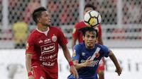 Gelandang Persija Jakarta, Sandi Sute, berebut bola dengan pemain PSM Makassar, Rasyid Bakri, pada laga Piala Indonesia 2019 di SUGBK, Jakarta, Minggu (21/7). Persija menang 1-0 atas PSM. (Bola.com/M Iqbal Ichsan)