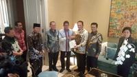 Pimpinan MPR Menyambangi Sandiaga Uno Untuk Menyampaikan Undangan Pelantikan Presiden dan Wakil Presiden Terpilih pada 20 Oktober 2019 Mendatang. Pertemuan Ini Berlangsung di Kediaman Sandiaga, Jakarta Selatan, (14/10/2019). (Foto: Merdeka.com)