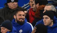 Penyerang baru Chelsea, Olivier Giroud dan Alvaro Morata saat menyaksikan pertandingan melawan Bournemouth di Stamford Bridge di London, (31/1). Giroud akan akan mengenakan baju nomor 18. (AFP Photo/Glyn Kirk)