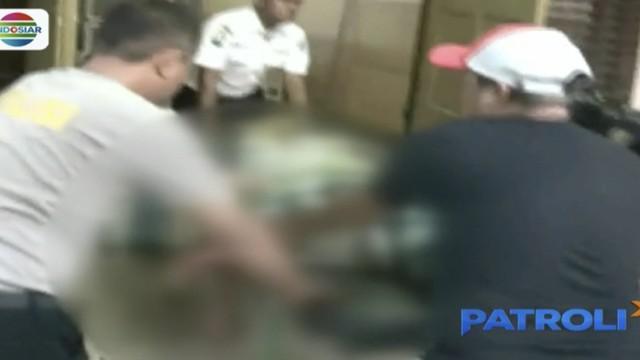Awalnya warga mengira remaja ini merupakan korban tabrak lari. Namun, hasil pemeriksaan sementara terdapat luka bacok di bagian kepala dan punggung.
