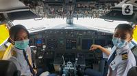 "Dua pilot wanita sebelum terbang menggunakan pesawat GA 312 rute Jakarta – Surabaya, di Bandara Soekarno-Hatta, Rabu (21/4/2021). Garuda Indonesia mengadakan penerbangan khusus ""Kartini Flight"" melalui kehadiran pilot, awak kabin hingga release-woman yang semuanya perempuan. (Liputan6.com/Pool/GIA)"