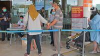 Pengunjung melewati akses skrining kondisi sebelum memasuki Rumah Sakit Siloam, Jakarta, Sabtu (7/3/2020). RS Siloam menyediakan fasilitas tenda isolasi sementara, ruangan dekontaminasi dan pengecekan suhu tubuh guna mengantisipasi penyebaran virus corona COVID-19. (Liputan6.com/Herman Zakharia)
