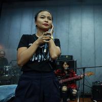 Bersama musisi kenamaan Indonesia, Tantri dan kawan-kawan di band Kotak membawakan dua buah lagu untuk performa mereka di panggung HUT SCTV ke-25. (Deki Prayoga/Bintang.com)