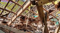 Hujan dan angin kencang yang melanda Karawang, Kamis (28/5/2020), menyebabkan atap bangunan Sekolah Dasar Negeri Sarimulya 1 di Desa Sarimulya, Kecanatan Kotabaru, ambruk. (Liputan6.com/ Abramena)