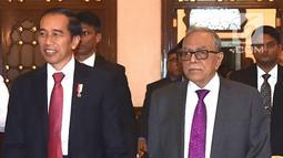 Presiden Joko Widodo bergandengan tangan saat disambut Presiden Bangladesh Abdul Hamid saat melakukan pertemuan bilateral di Credential Hall, Bangabhan Presidential Palace (27/1). (Liputan6.com/Pool/Rusman Biro Pers Setpres)