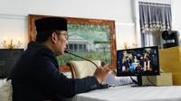 Gubernur Jabar Ridwan Kamil memberikan tausiah secara virtual pada prosesi pernikahan Santi Sopandi dan Adli Anshari, dari Gedung Pakuan, Kota Bandung, Sabtu (6/6/2020). (Foto: Humas Jabar)