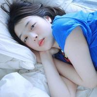 Publik Korea Selatan dihebohkan dengan foto Sulli yang terlihat bermalas-  malasan di tempat tidur. Ia tampil seksi dengan kaus warna biru, dirinya   sengaja memperlihatkan perutnya yang rata. (Foto: koreaboo.com)