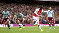 Striker Arsenal, Nicolas Pepe saat mengeksekusi penalti ke gawang Aston Villa pada pertandingan lanjutan Liga Inggris di Stadion Emirates, London (22/9/2019). Arsenal menang tipis atas Aston Villa 3-2. (AP Photo/Steven Paston)
