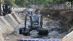 Pekerja dari Dinas Sumber Daya Air Jakarta Timur menggunakan kendaraan alat berat saat menyelesaikan perbaikan turap di daerah aliran Kali Sunter, kawasan Pulomas, Jakarta, Rabu (31/10).  (Merdeka.com/Iqbal S. Nugroho)