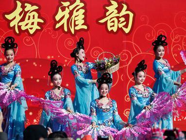 Para penari tradisional tampil di Kuil Adil. Tarian ini merupakan bagian  dari perayaan Tahun Baru Cina di Ditan Park, Beijing (18/2/2015). Tahun Baru Imlek pada 19 Februari 2015 akan menyambut Tahun Domba. (Reuters /Kim Kyung-Hoon)