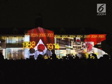 Projection mapping yang menggambarkan perjalanan hubungan diplomatik Indonesia-Jepang di Museum Fatahillah, Jumat (19/1). Pertunjukan ini menandai perayaan 60 tahun hubungan diplomatik Indonesia-Jepang. (Liputan6.com/Helmi Fithriansyah)