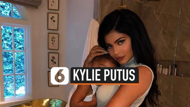 Hubungan Kylie Jenner dan Travis Scott dikabarkan berakhir. Kabar ini terungkap saat Kylie terlihat sendiri menghadiri pernikahan Justin Bieber dan Hailey.
