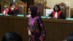 Mantan Dirut PT Pertamina (Persero), Karen G Agustiawan saat menjalani sidang perdana di Pengadilan Tipikor, Jakarta, (31/1). Karen disangka terlibat dugaan korupsi investasi perusahaan di Blok BMG Australia tahun 2009. (Liputan6.com/Helmi Fithriansyah)