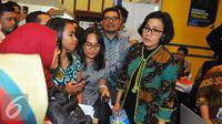 Sri Mulyani berbincang dengan peserta usai membuka pameran pendidikan tinggi LPDP Edufair 2017 di Kantor Kemenkeu, Jakarta, Selasa (31/1). Pameran di gelar di tiga tempat, yakni di Jakarta, Surabaya dan Yogyakarta. (Liputan6.com/Angga Yuniar)