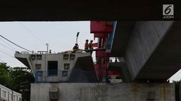 Sejumlah pekerja menyelesaikan proyek pembangunan Double-Double Trek (DDT) jalur kereta api di Jatinegara, Jakarta, Kamis (31/1). Proyek itu rencananya siap dioperasikan pada 2020. (Merdeka.com/Imam Buhori)