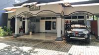 Bangunan utama mes Persis yang hanya terparkir satu mobil milik manajemen klub. (Bola.com/Vincentius Atmaja)