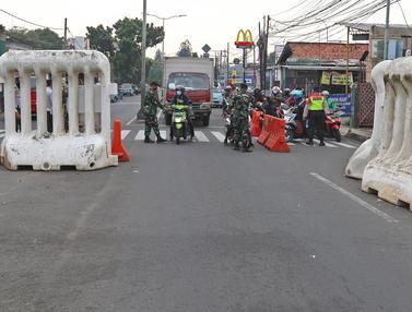 Suasana Pos Penyekatan PKKM Level 4 di Jalan Raya Bogor