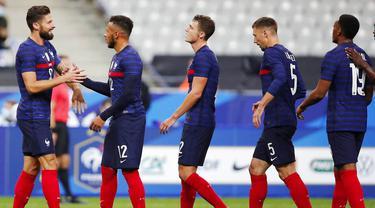 Para pemain Prancis memberikan ucapan selamat kepada Olivier Giroud usai mencetak gol ke gawang Ukraina pada laga uji coba di Stade deFrance, Kamis (8/10/2020). Prancis menang dengan skor 7-1. (AP Photo/Francois Mori)