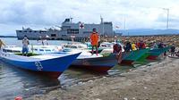 TNI AL distribusikan bantuan untuk warga terdampak gempa, termasuk nelayan di Sulbar. (Foto: Liputan6.com/Abdul Rajab Umar)