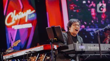 Penampilan Erwin Gutawa saat membawakan lagu Chrisye Live dalam Java Jazz Festival 2020 di JIExpo Kemayoran, Jakarta, Jumat (28/2/2020). Erwin Gutawa membawakan sejumlah lagu hits milik almarhum Chrisye seperti Juwita, Anak Sekolah, dan Hip Hip Hura. (Liputan6.com/Faizal Fanani)