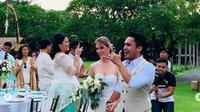 Randy Pangalila menikah dengan Chelsey Frank di Taman Bahagawan, Bali. (dok.Instagram @wulandkirana/https://www.instagram.com/p/Bs0aP0bgWbQ/Henry