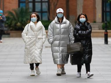 Orang-orang berjalan di sebuah jalan kawasan perniagaan di Wuhan, Provinsi Hubei, China tengah, pada 30 Maret 2020. Jalan-jalan kawasan perniagaan di Wuhan kembali ramai seiring meredanya wabah COVID-19. (Xinhua/Shen Bohan)