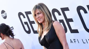 "Aktris AS Jennifer Aniston berpose saat menghadiri ""AFI Life Achievement Award Gala"" ke-46 di Dolby Theatre di Hollywood, Los Angeles, AS (7/6).  Jennifer Aniston tampil penuh senyum mengenakan gaun berwarna hitam. (AFP Photo/Valerie Macon)"