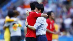 Pelatih Korea Selatan, Shin Tae-yong, memeluk anak asuhnya, Son Heung-min, usai melawan Jerman pada laga Piala Dunia di Kazan Arena, Rusia (27/6/2018). Jerman takluk 0-2 dari Korea Selatan. (AFP/Benjamin Cremel)