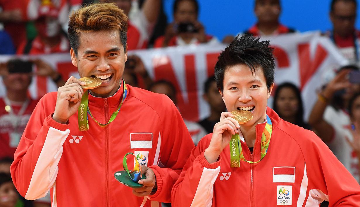 Pasangan ganda campuran, Liliyana Natsir dan Tontowi Ahmad menjadi peraih medali emas Olimpiade Rio De Janeiro 2016 setelah kalahkan pebulutangkis Malaysia, Liu Ying Goh dan Peng Soon Chan. Mereka berhasil menghentikan puasa gelar pada ajang Olimpiade sebelumnya. (Foto: AFP/Goh Chai Hin)