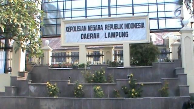 Bupati Lampung Selatan terkena OTT KPK bersama beberapa orang. Ditemukan uang ratusan juta yang diduga sebagai suap proyek infrastruktur.