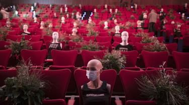 Manekin bermasker ditempatkan untuk jaga jarak sosial di sebuah gedung teater di Madrid, Spanyol, Rabu (17/6/2020). PM Spanyol Pedro Sanchez akan menggelar upacara kenegaraan pada 16 Juli 2020 untuk menghormati lebih dari 27.000 orang yang meninggal karena COVID-19. (AP Photo/Manu Fernandez)
