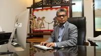 Direktur Utama Pegadaian Sunarso berpose usai diwawancara oleh Liputan6.com di Kantor Pusat Pegadaian, Jakarta, Rabu (11/4). (Liputan6.com/Arya Manggala)