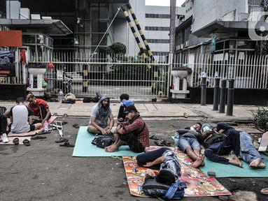Imigran pencari suaka menghuni di depan Kantor UNHCR, Kebon Sirih, Jakarta, Kamis (1/4/2021). Puluhan imigran dari berbagai negara konflik kembali menghuni di depan Kantor UNHCR Kebon Sirih sejak beberapa waktu lalu setelah sebelumnya diungsikan oleh pemerintah. (merdeka.com/Iqbal S Nugroho)