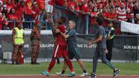 Striker timnas Indonesia, Marinus Wanewar, meninggalkan lapangan saat terlibat pertikaian dengan pemain Kamboja di Stadion Shah Alam, Selangor, Kamis, (24/8/2017). Indonesia menang 2-0 atas Kamboja. (Bola.com/Vitalis Yogi Trisna)