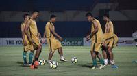 Skuat PS Tira saat sesi latihan di Stadion Sultan Agung, Bantul. (Bola.com/Permana Kusumadijaya)