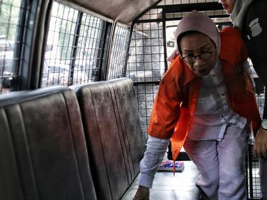 Tersangka kasus dugaan penyebaran berita hoaks, Ratna Sarumpaet menaiki mobil tahanan di Polda Metro Jaya, Kamis (31/1). Penyidik melimpahkan Ratna Sarumpaet dan barang bukti kepada Kejaksaan Negeri Jakarta Selatan. (Liputan6.com/Faizal Fanani)