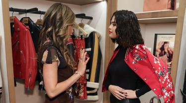 Cinta Laura Kiehl berbincang dengan Selena Gomez saat menghadiri Coach In-Store Event di Coach Boutique, New York (13/9). (Cindy Ord/Getty Images for Coach/AFP)