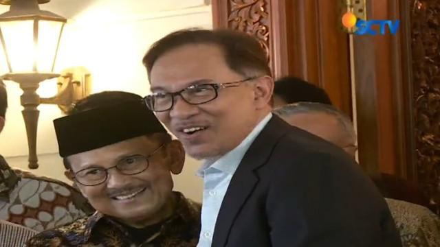 Anwar Ibrahim mengaku terkesan dengan reformasi di Indonesia setelah runtuhnya orde baru menuju era demokrasi.