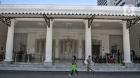 Pegawai melintas di depan Kantor Gubernur Anies Baswedan yang tengah ditutup di Balai Kota, Jakarta, Selasa (1/12/2020). Kantor Gubernur dan Wagub DKI Jakarta terpaksa ditutup sementara setelah Anies Baswedan dikabarkan terkonfirmasi positif Covid-19.  (merdeka.com/Iqbal S. Nugroho)