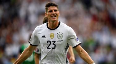 Mario Gomez mencetak gol tunggal kemenangan Jerman atas Irlandia Utara, 1-0, pada laga Grup C Piala Eropa 2016 di Parc des Princes, Paris, Selasa (21/6/2016). (AFP/Lionel Bonaventre)