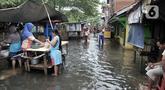 Aktivitas warga di tengah banjir yang masih merendam Kampung Rawa Indah, Jakarta Utara, Senin (24/2/2020). Kampung yang terletak di dua kelurahan, yakni Sukapura dan Pegangsaan Dua tersebut masih terendam banjir hingga sore ini dengan ketinggian air 30-50 cm. (merdeka.com/Iqbal S Nugroho)