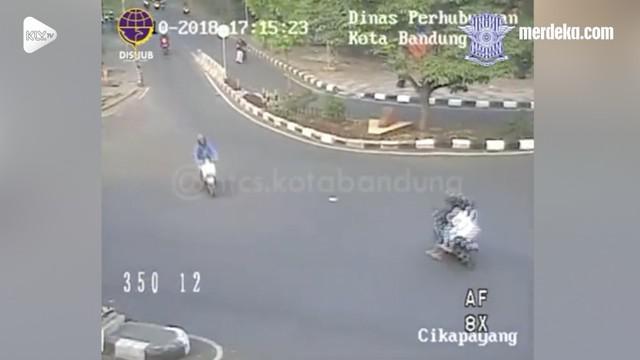 Sebuah motor nekat melawan arus dan membahayakan pengendara lain. Namun aksinya tak bertahan lama setelah ia kepergok polisi yang langsung menilangnya.
