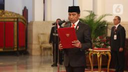 Presiden Joko Widodo atau Jokowi membacakan sumpah jabatan saat melantik anggota Dewan Pertimbangan Presiden (Wantimpres) di Istana Negara, Jakarta, Jumat (13/12/2019). Jokowi resmi melantik sembilan anggota Wantimpres. (Liputan6.com/Angga Yuniar)