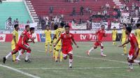 Striker Persis, Dimas Galih Gumilang (tengah), merayakan gol yang dicetaknya ke gawang Persik di Stadion Wilis, Madiun (6/7/2019). (Bola.com/Vincentius Atmaja)