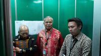 Tim Hukum PDI Perjuangan yang terdiri dari I Wayan Sudirta (kiri) dan Teguh Samudera (tengah) menyambangi kantor Dewan Pers di Jalan Kebon Sirih, Jakarta Pusat, Jumat (17/1/2020). (Merdeka.com/Ahda Bayhaqi)