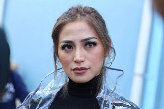 Jessica Iskandar tampil menawan dengan jaket kulit transparan/copyright Bintang.com