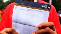 Atlet catur Asian Para Games 2018, Hendi Wirawan menunjukkan buku tabungan berisi bonus sebesar Rp 2,25 M di Istana Bogor, Jakarta, Sabtu (13/10). Hendi mendapat bonus dari pemerintah setelah mendapatkan dua medali emas. (Liputan6.com/HO/Randy)